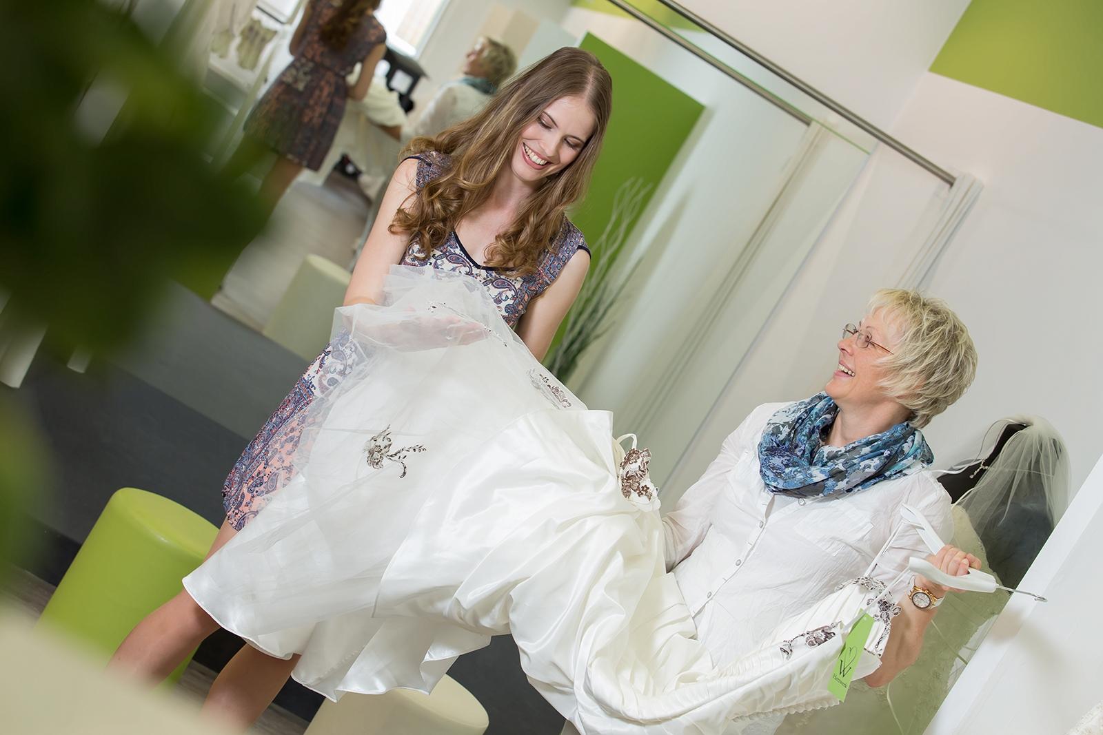Brautkleidanprobe Herzwerk Ludwigsburg finde Dein Glückskleid